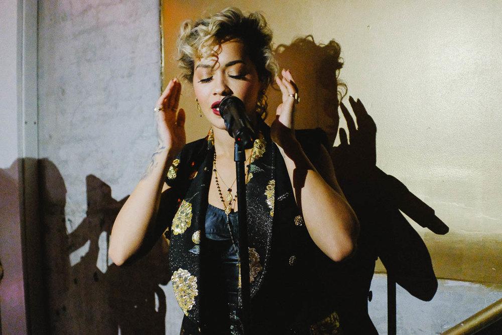 Rita Ora à 12 800 ISO. Fuji X100F, f/2